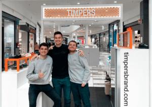 Timpers zapatillas, sus creadores posan junto a las zapatillas en una de sus tiendas en un centro comercial.