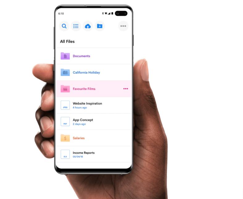 Internxt - Foto de una mano sosteniendo un móvil en el que aparecen los servicios de almacenaje de la startup.